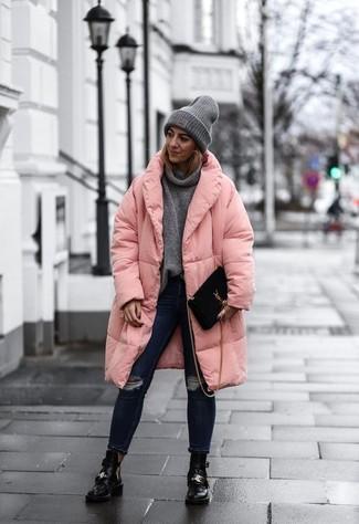 Dunkelgrauen Pullover mit einer weiten Rollkragen kombinieren – 2 Winter Damen Outfits: Wenn Sie ein lockeres Outfit kreieren möchten, bleiben ein dunkelgrauer Pullover mit einer weiten Rollkragen und dunkelblaue enge Jeans mit Destroyed-Effekten ein Klassiker. Schwarze Leder Stiefeletten mit Ausschnitten fügen sich nahtlos in einer Vielzahl von Outfits ein. Dieses Outfit ist perfekt für den Winter geeignet.