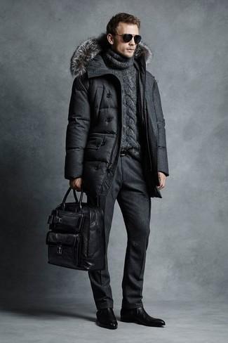 Wie kombinieren: dunkelgrauer Daunenmantel, dunkelgrauer Strick Rollkragenpullover, schwarze Wollanzughose, schwarze Chelsea-Stiefel aus Leder