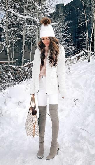 Wie kombinieren: weißer Daunenmantel, rosa Strick Rollkragenpullover, weiße enge Jeans, graue Overknee Stiefel aus Wildleder