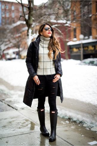 Schwarze Gummistiefel kombinieren – 40 Damen Outfits: Mit dieser Kombination aus einem schwarzen Daunenmantel und schwarzen engen Jeans mit Destroyed-Effekten sind modische Frauen perfekt angezogen. Suchen Sie nach leichtem Schuhwerk? Vervollständigen Sie Ihr Outfit mit schwarzen Gummistiefeln für den Tag.