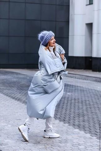 Wie kombinieren: hellblauer Daunenmantel, weißer Strick Rollkragenpullover, weiße enge Jeans, weiße hohe Sneakers