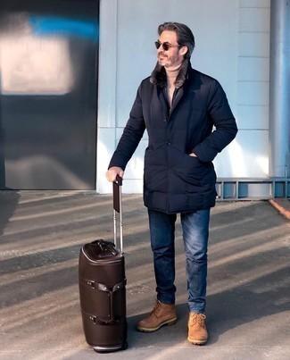 Dunkelbraunen Koffer kombinieren – 15 Herren Outfits: Ein schwarzer Daunenmantel und ein dunkelbrauner Koffer sind eine ideale Outfit-Formel für Ihre Sammlung. Vervollständigen Sie Ihr Outfit mit einer beige Wildlederfreizeitstiefeln, um Ihr Modebewusstsein zu zeigen.
