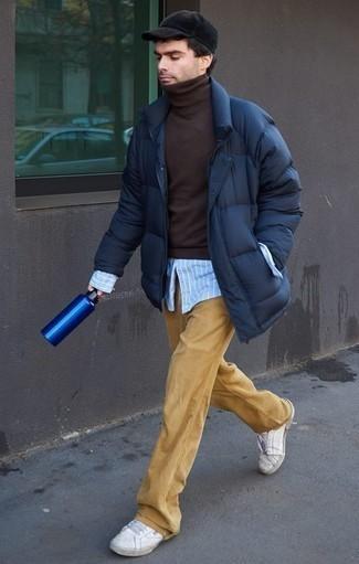 Hellblaues vertikal gestreiftes Langarmhemd kombinieren – 17 Herren Outfits kühl Wetter: Paaren Sie ein hellblaues vertikal gestreiftes Langarmhemd mit einer beige Chinohose für ein bequemes Outfit, das außerdem gut zusammen passt. Weiße Leder niedrige Sneakers sind eine ideale Wahl, um dieses Outfit zu vervollständigen.