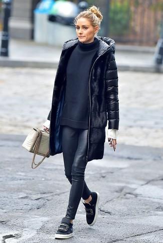 Wie kombinieren: schwarzer Daunenmantel, schwarzer Rollkragenpullover, schwarze Lederleggings, schwarze verzierte Slip-On Sneakers aus Leder