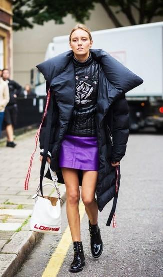 Wie kombinieren: schwarzer Daunenmantel, schwarzer bedruckter Rollkragenpullover aus Leder, lila Leder Minirock, schwarze Schnürstiefeletten aus Leder