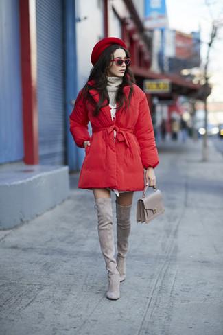 Wie kombinieren: roter Daunenmantel, grauer Strick Rollkragenpullover, weißes Sweatkleid, graue Overknee Stiefel aus Wildleder