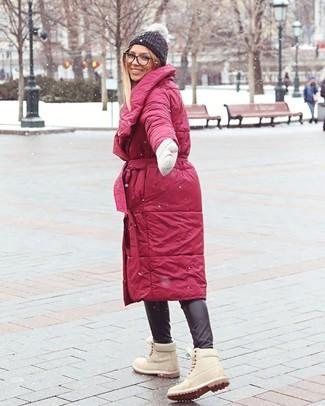 Wie kombinieren: roter Daunenmantel, schwarze enge Hose aus Leder, hellbeige flache Stiefel mit einer Schnürung aus Wildleder, dunkelgraue Strick Mütze