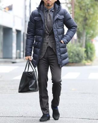Dunkelbraunes Sakko mit Schottenmuster kombinieren: trends 2020: Geben Sie den bestmöglichen Look ab in einem dunkelbraunen Sakko mit Schottenmuster und einer dunkelbraunen Anzughose. Schwarze Wildleder Slipper sind eine großartige Wahl, um dieses Outfit zu vervollständigen.