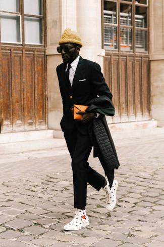 Schwarze Krawatte kombinieren: Erwägen Sie das Tragen von einem schwarzen Daunenmantel und einer schwarzen Krawatte für einen stilvollen, eleganten Look. Fühlen Sie sich mutig? Ergänzen Sie Ihr Outfit mit weißen und schwarzen bedruckten hohen Sneakers aus Segeltuch.