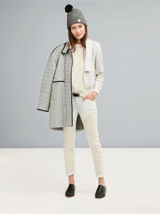 Weiße enge Jeans kombinieren – 8 Herbst Damen Outfits: Probieren Sie die Kombi aus einem grauen Daunenmantel und weißen engen Jeans, um einen super lässigen aber mühelosen Look zu kreieren. Fühlen Sie sich ideenreich? Ergänzen Sie Ihr Outfit mit schwarzen Leder Slippern. Dieses Outfit ist perfekt für die Übergangszeit und jeder kann ihn leicht nachstylen.