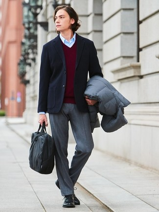 Wie kombinieren: grauer Daunenmantel, schwarzes Wollsakko, dunkelroter Pullover mit einem V-Ausschnitt, hellblaues Businesshemd