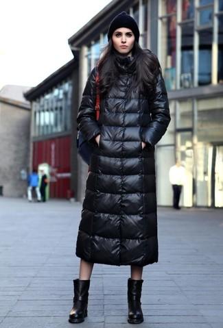 Wie kombinieren: schwarzer Daunenmantel, schwarze Leder mittelalte Stiefel, schwarzer Leder Rucksack, schwarze Mütze