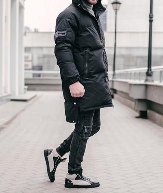 Wie kombinieren: schwarzer Daunenmantel, grauer Rollkragenpullover, schwarze Jeans, schwarze und weiße hohe Sneakers aus Leder