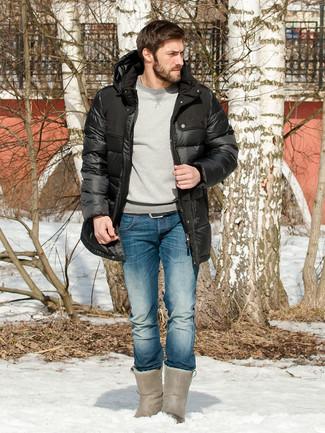 Wie kombinieren: schwarzer Daunenmantel, graues Sweatshirt, blaue Jeans, graue Ugg Stiefel