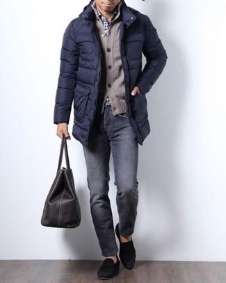 Wie kombinieren: dunkelblauer Daunenmantel, braune Strickjacke, weißes und dunkelblaues Businesshemd mit Vichy-Muster, dunkelgraue Jeans