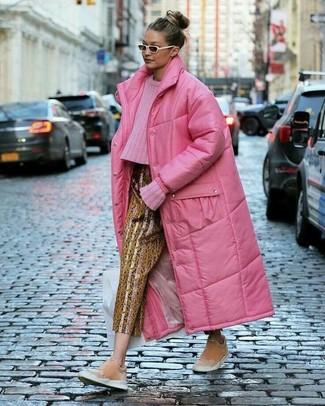 Weiße Sonnenbrille kombinieren – 113 Damen Outfits: Sie möchten den schicken Alltags-Look perfektionieren? Probieren Sie diese Kombination aus einem fuchsia Daunenmantel und einer weißen Sonnenbrille. Komplettieren Sie Ihr Outfit mit rosa Slip-On Sneakers aus Wildleder, um Ihr Modebewusstsein zu zeigen.