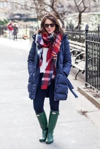 Paaren Sie einen dunkelblauen daunenmantel mit dunkelblauen engen jeans, um einen lockeren, aber dennoch stylischen Look zu erhalten. Warum kombinieren Sie Ihr Outfit für einen legereren Auftritt nicht mal mit dunkelgrünen gummistiefeln?