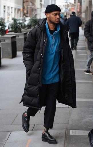20 Jährige: Schwarze Chinohose kombinieren: trends 2020: Tragen Sie einen schwarzen Daunenmantel und eine schwarze Chinohose, um mühelos alles zu meistern, was auch immer der Tag bringen mag. Komplettieren Sie Ihr Outfit mit schwarzen klobigen Leder Derby Schuhen, um Ihr Modebewusstsein zu zeigen.