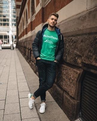 Weiße und grüne Leder niedrige Sneakers kombinieren – 108 Herren Outfits: Erwägen Sie das Tragen von einem dunkelgrauen Daunenmantel und dunkelblauen Jeans für einen bequemen Alltags-Look. Weiße und grüne Leder niedrige Sneakers sind eine gute Wahl, um dieses Outfit zu vervollständigen.