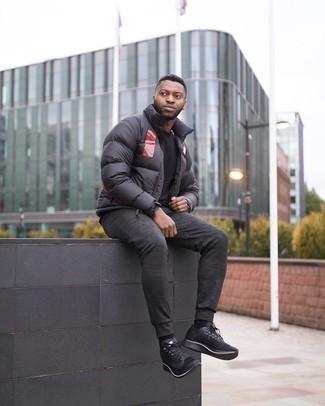 kalt Wetter Outfits Herren 2020: Kombinieren Sie einen schwarzen bedruckten Daunenmantel mit einem schwarzen T-Shirt mit einem Rundhalsausschnitt für einen bequemen Alltags-Look. Fühlen Sie sich mutig? Ergänzen Sie Ihr Outfit mit schwarzen Sportschuhen.