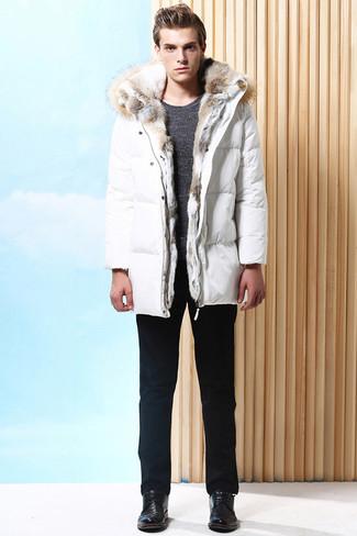 Wie kombinieren: weißer Daunenmantel, dunkelgrauer Pullover mit einem Rundhalsausschnitt, schwarze Chinohose, schwarze Leder Derby Schuhe