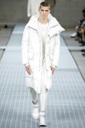 weißer Daunenmantel, weißer Pullover mit einem Rundhalsausschnitt, weiße Jogginghose, weiße hohe Sneakers aus Leder für Herren