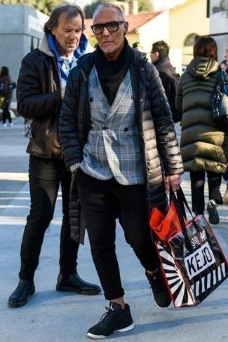 Graues Zweireiher-Sakko mit Schottenmuster kombinieren: trends 2020: Die Paarung aus einem grauen Zweireiher-Sakko mit Schottenmuster und einer schwarzen Chinohose ist eine kluge Wahl für einen Tag im Büro. Fühlen Sie sich mutig? Vervollständigen Sie Ihr Outfit mit schwarzen und weißen Sportschuhen.