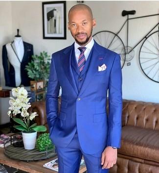 Rote und dunkelblaue vertikal gestreifte Krawatte kombinieren: trends 2020: Entscheiden Sie sich für einen klassischen Stil in einem blauen Dreiteiler und einer roten und dunkelblauen vertikal gestreiften Krawatte.