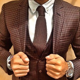 Wie kombinieren: brauner Dreiteiler mit Schottenmuster, weißes Businesshemd, braune Strick Krawatte, goldene Uhr