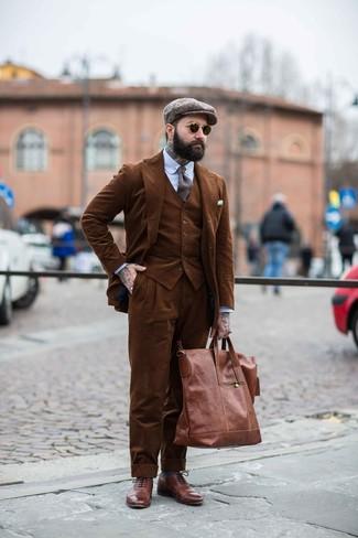 brauner Dreiteiler aus Cord, hellblaues vertikal gestreiftes Businesshemd, braune Leder Brogues, braune Shopper Tasche aus Leder für Herren