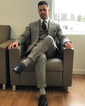 Wie kombinieren: grauer Wolldreiteiler, weißes Businesshemd, schwarze Leder Brogues, schwarze Krawatte