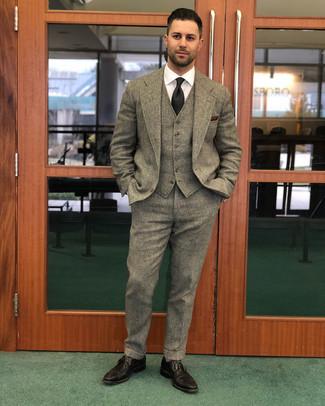 Wie kombinieren: brauner Wolldreiteiler, weißes Businesshemd, dunkelbraune Leder Brogues, schwarze Krawatte