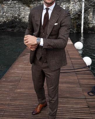 Wie kombinieren: dunkelbrauner Dreiteiler, weißes Businesshemd, braune Leder Brogues, dunkelbraune Krawatte