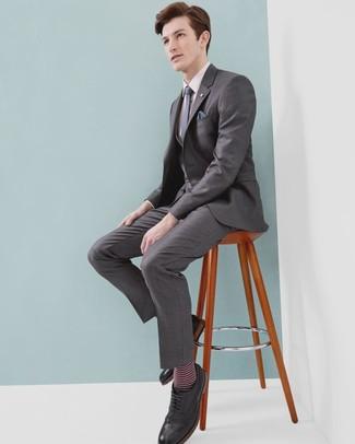 Schwarze Leder Brogues kombinieren: Vereinigen Sie einen grauen Dreiteiler mit einem rosa Businesshemd für eine klassischen und verfeinerte Silhouette. Schwarze Leder Brogues leihen Originalität zu einem klassischen Look.