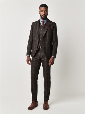 Wie kombinieren: dunkelbrauner Dreiteiler mit Schottenmuster, hellblaues Businesshemd, braune Leder Brogues, rotbraune Krawatte