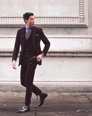 Dunkelbraunes Einstecktuch kombinieren – 440 Herren Outfits: Kombinieren Sie einen dunkelbraunen Dreiteiler mit einem dunkelbraunen Einstecktuch für ein sonntägliches Mittagessen mit Freunden. Putzen Sie Ihr Outfit mit dunkelbraunen Chelsea Boots aus Leder.