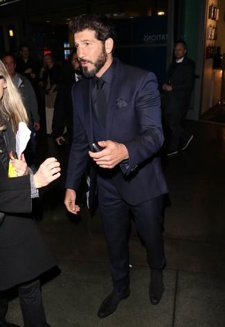 Wie kombinieren: dunkelblauer Dreiteiler, dunkelblaues Seide Businesshemd, schwarze Chelsea-Stiefel aus Wildleder, schwarze Krawatte