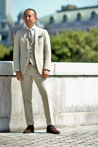 Hemd kombinieren – 1200+ Herren Outfits: Tragen Sie ein Hemd und einen hellbeige Dreiteiler für einen stilvollen, eleganten Look. Dunkelbraune Chukka-Stiefel aus Wildleder sind eine großartige Wahl, um dieses Outfit zu vervollständigen.