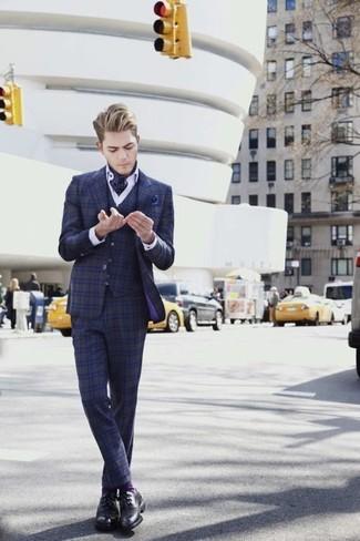 Wie kombinieren: dunkelblauer Dreiteiler mit Schottenmuster, weißes Businesshemd, schwarze Leder Derby Schuhe, dunkelblaues gepunktetes Einstecktuch