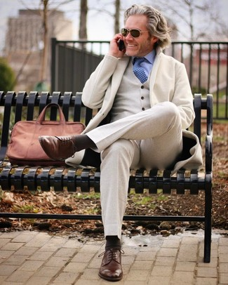 Blaue bedruckte Krawatte kombinieren: trends 2020: Entscheiden Sie sich für einen hellbeige Wolldreiteiler und eine blaue bedruckte Krawatte für einen stilvollen, eleganten Look. Fühlen Sie sich mutig? Komplettieren Sie Ihr Outfit mit braunen Leder Derby Schuhen.