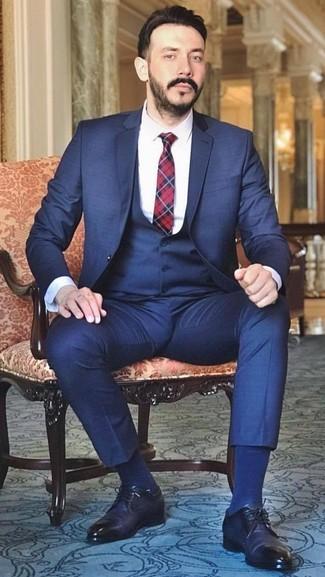 Wie kombinieren: dunkelblauer Dreiteiler, weißes Businesshemd, dunkelblaue Leder Derby Schuhe, rote und dunkelblaue Krawatte mit Schottenmuster