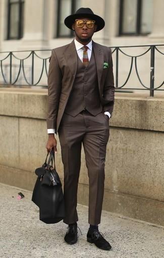 Goldene Sonnenbrille kombinieren: trends 2020: Paaren Sie einen dunkelbraunen Dreiteiler mit einer goldenen Sonnenbrille für ein bequemes Outfit, das außerdem gut zusammen passt. Heben Sie dieses Ensemble mit schwarzen Wildleder Derby Schuhen hervor.