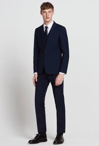 Schwarze Socken kombinieren: trends 2020: Erwägen Sie das Tragen von einem dunkelblauen Dreiteiler und schwarzen Socken für einen bequemen Alltags-Look. Schwarze Leder Derby Schuhe putzen umgehend selbst den bequemsten Look heraus.