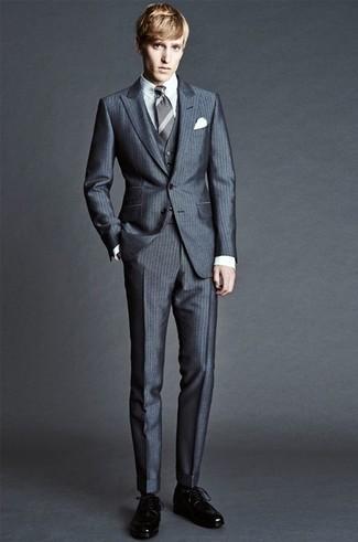 Schwarze Socken kombinieren: trends 2020: Die Vielseitigkeit von einem dunkelgrauen vertikal gestreiften Dreiteiler und schwarzen Socken machen sie zu einer lohnenswerten Investition. Vervollständigen Sie Ihr Outfit mit schwarzen Leder Derby Schuhen, um Ihr Modebewusstsein zu zeigen.