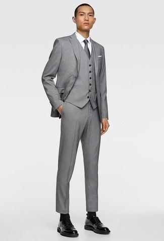 Grauen Dreiteiler kombinieren: trends 2020: Tragen Sie einen grauen Dreiteiler und ein weißes Businesshemd für einen stilvollen, eleganten Look. Fühlen Sie sich mutig? Komplettieren Sie Ihr Outfit mit schwarzen Leder Derby Schuhen.