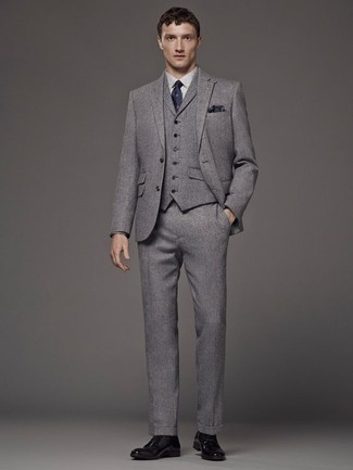 Grauen Dreiteiler kombinieren: trends 2020: Kombinieren Sie einen grauen Dreiteiler mit einem weißen Businesshemd, um vor Klasse und Perfektion zu strotzen. Schwarze Leder Derby Schuhe leihen Originalität zu einem klassischen Look.