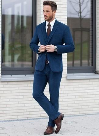 Dunkelbraune Krawatte kombinieren: trends 2020: Machen Sie sich mit einem dunkelblauen Dreiteiler und einer dunkelbraunen Krawatte einen verfeinerten, eleganten Stil zu Nutze. Dunkelrote Leder Derby Schuhe leihen Originalität zu einem klassischen Look.