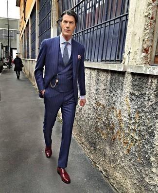 Dunkelrote Leder Derby Schuhe kombinieren: trends 2020: Erwägen Sie das Tragen von einem dunkelblauen vertikal gestreiften Dreiteiler und einem weißen und blauen vertikal gestreiften Businesshemd, um vor Klasse und Perfektion zu strotzen. Dunkelrote Leder Derby Schuhe sind eine ideale Wahl, um dieses Outfit zu vervollständigen.