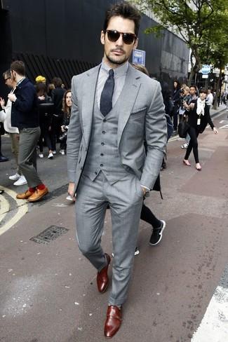 David Gandy trägt Grauer Dreiteiler, Weißes und schwarzes vertikal gestreiftes Businesshemd, Dunkelbraune Doppelmonks aus Leder, Dunkelgraue Krawatte