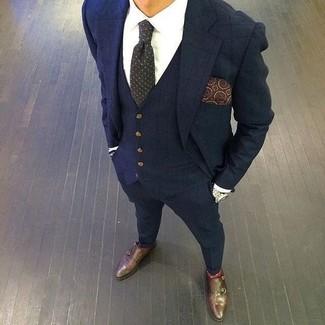 Wie kombinieren: dunkelblauer Dreiteiler mit Karomuster, weißes Businesshemd, dunkelbraune Doppelmonks aus Leder, dunkelgraue gepunktete Krawatte